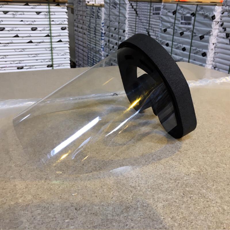 Transparant spatwaterdicht gezichtscherm met hoofdband van zwart schuim- gezien van de zijkant
